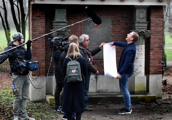 In het plantsoen in Buren overhandigt Jan Hogendoorn uit Maurik een lange stamboom aan dj Armin van Buuren (rechts).