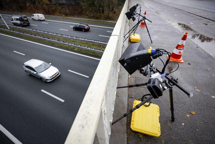 Slimme camera's staan opgesteld langs de A28. Automobilisten die een telefoon vasthouden worden door het systeem automatisch geregistreerd en gefotografeerd.