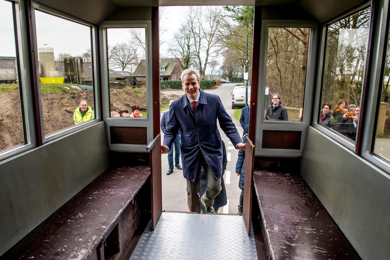 Burgemeester Evert Weys werd vorige maand rondgeleid in zijn nieuwe gemeente Hilvarenbeek. Een maand later moet hij de rol van crisismanager al op zich nemen.