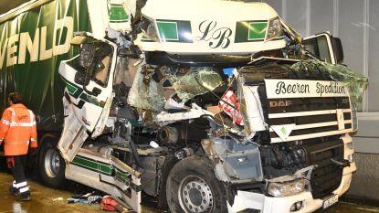 Vrachtwagencabine aan flarden maar trucker ongedeerd