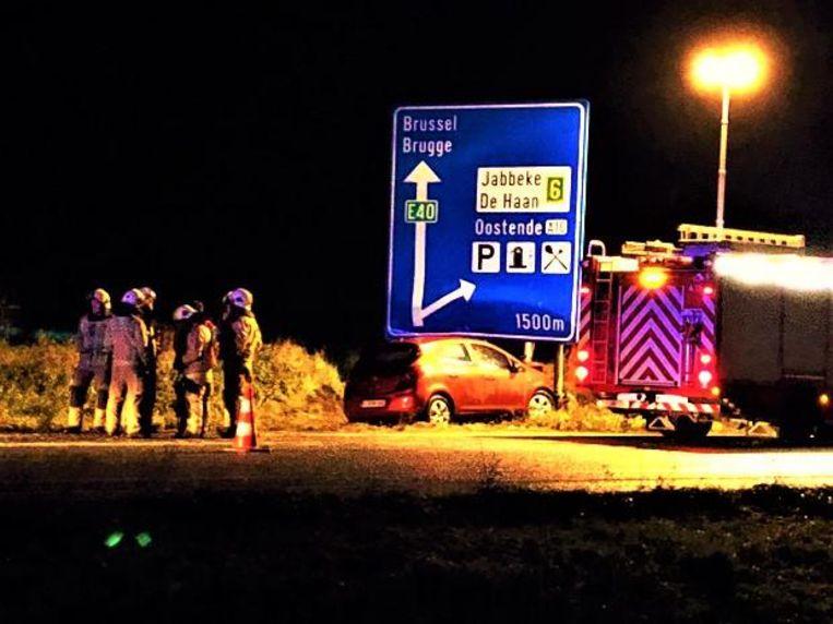 Deze bestuurder kwam in Jabbeke na een slippartij onder een verkeersbord naast de E40 terecht.
