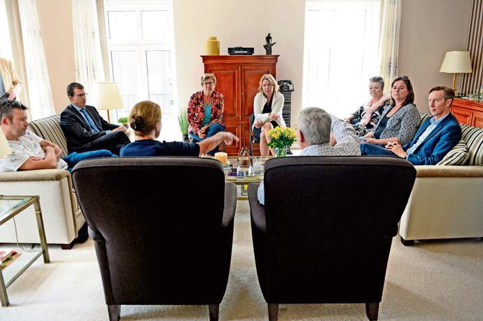 Het nu nog zittende college van burgemeester en wethouders van Berkelland, vorig jaar op bezoek bij het Ruurlose echtpaar Veenstra.