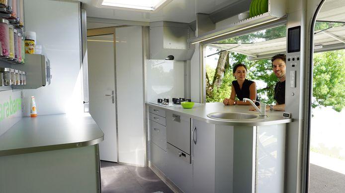 Binnen biedt de sCarabane veel ruimte. Er is een grote slaapkamer, een ruimte voor kinderen of gasten, een grote keuken en een badkamer. De eettafel kan worden omgebouwd tot een ander tweepersoonsbed.