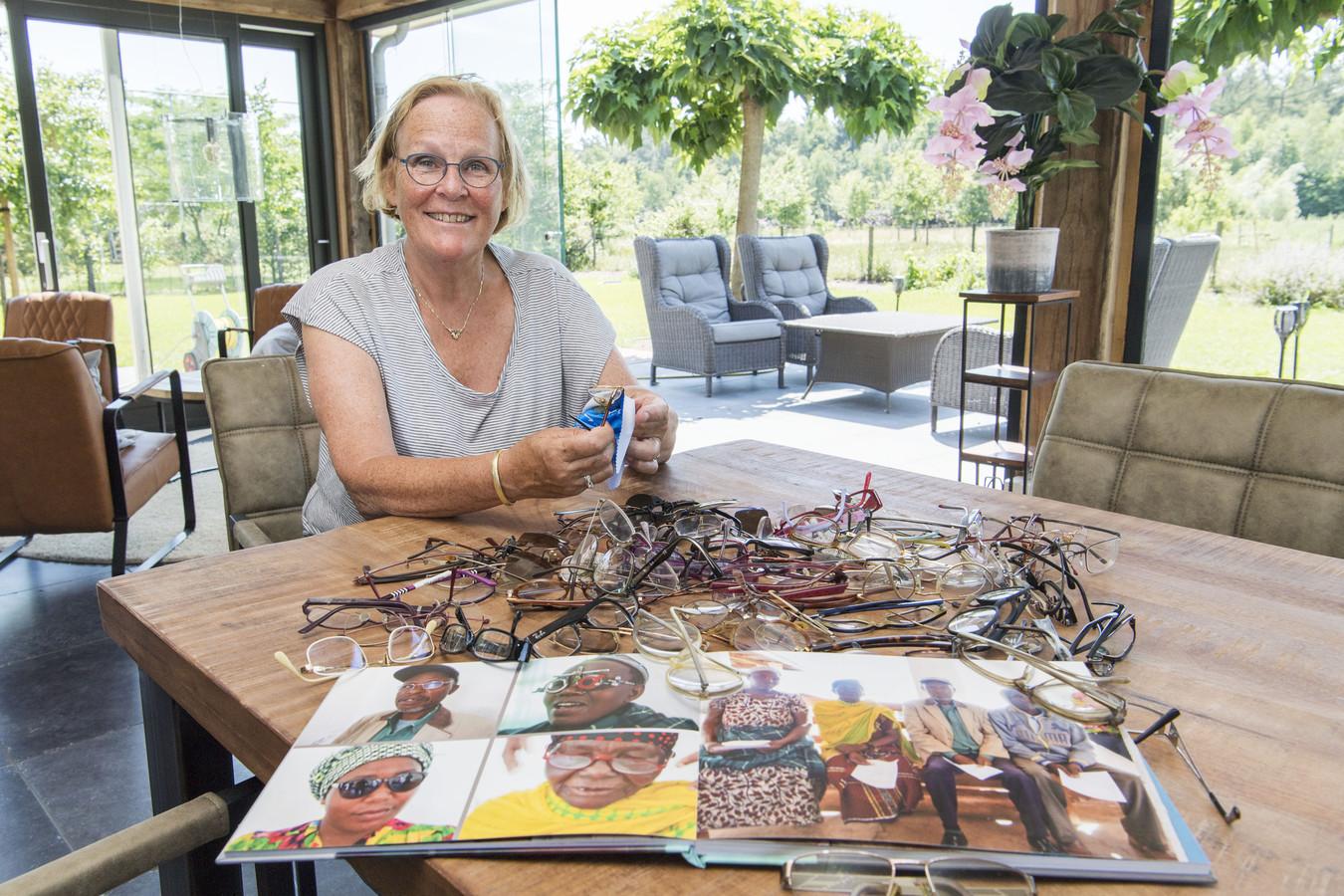 Marianne Hammink, oud-directeur van het Theaterhotel, werkte in Tanzania voor de Stichting Matamba. Ze zamelt alweer brillen in ten behoeve van de mensen daar.