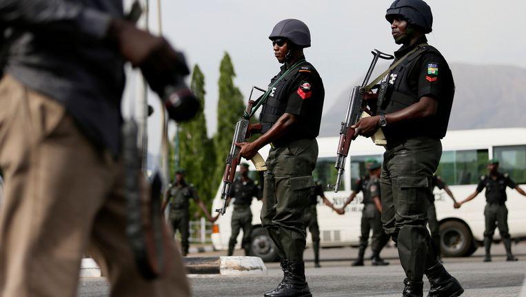 Veiligheidstroepen in Abuja die betrokken zijn bij de zoektocht naar de ontvoerde schoolmeisjes. Beeld REUTERS