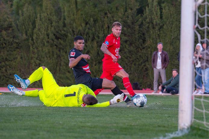 Tim Hölscher, hier op het trainingskamp scorend tegen  Fortuna Dusseldorf, heeft nog geen nieuwe club gevonden.