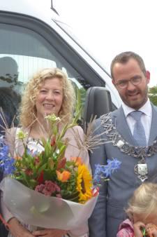 Tonny Schoone is 500.000ste passagier van de buurtbus Woerden-IJsselstein