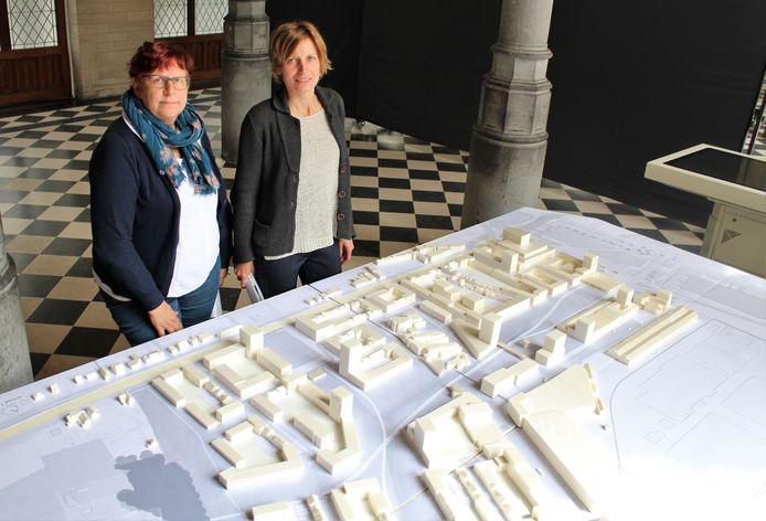 Schepen van Duurzaamheid en Klimaat Marina De Bie (l.) schepen van Stadsvernieuwing Greet Geypen (r.) tonen de maquette van de nieuwe stadswijk Ragheno.