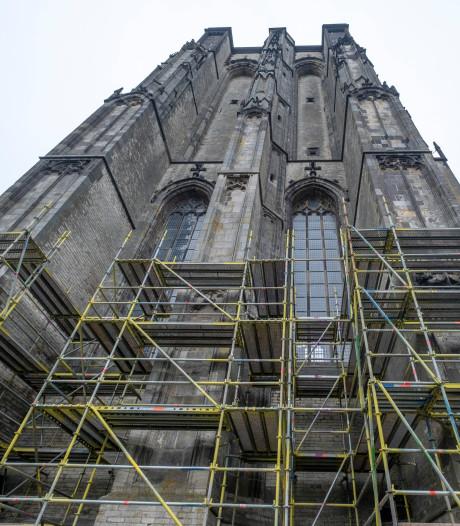 Dikke Toren Zierikzee verdwijnt achter steigers