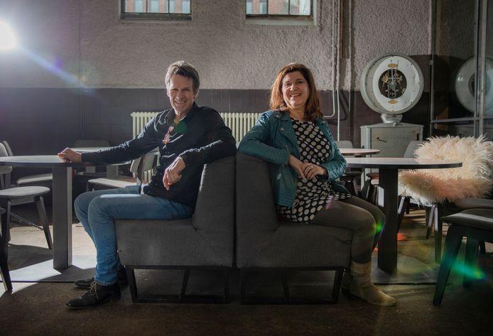 Het Koelhuis-eigenaren Bert Hoogeveen en  Mieke van Tilburg zitten gerieflijk op meubilair uit het Amersfoortse stationsrestaurant 'Perron 4/5 volgens Tollius'. Het is een van de voorbeelden van hergebruik in de Zutphense evenementenlocatie.