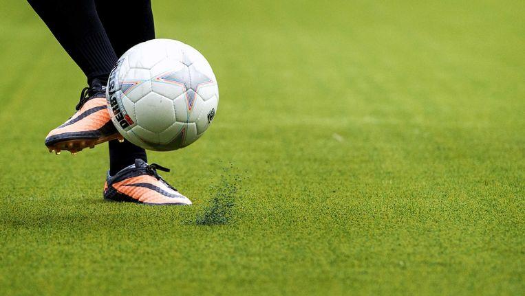 Een voetballer op een kunstgrasveld Beeld anp