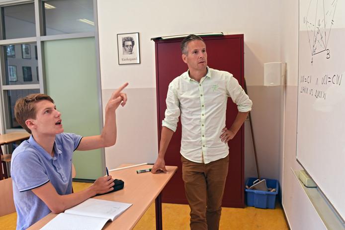 Nils van de Berg (links)in overleg met zijn leraar Rico del Castilho tijdens een training voor de Olympiade.