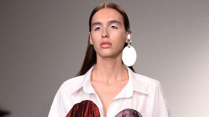 Vlaamse transgender Maxim op de catwalk tijdens London Fashion Week