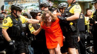 Vrouw spuwt in richting van politie. Vijf agenten werken haar hardhandig tegen de grond