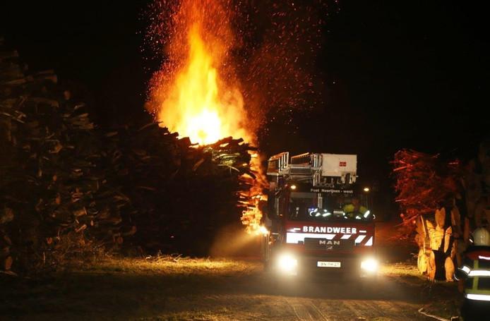 De grote berg hout in brand.