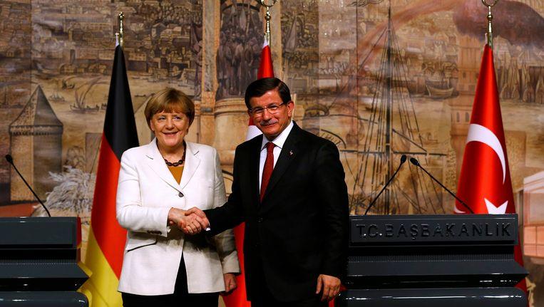 De Duitse bondskanselier Angela Merkel en de Turkse premier Ahmed Davutoglu, hier op een foto uit oktober. Beeld REUTERS
