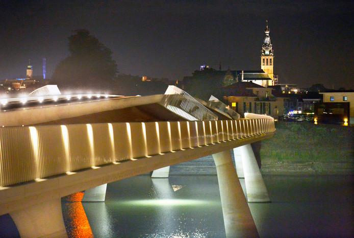 De Promenadebrug in het Rivierpark van Lent met zicht op de Nijmeegse Sint Stevenstoren.