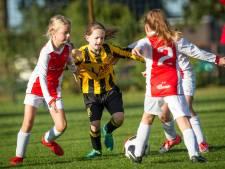 Succes vrouwenvoetbal stelt Veluwse clubs voor dilemma: wel of niet gemengd voetballen
