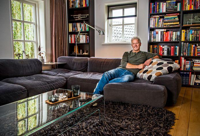 """Erik Korevaar in zijn woonkamer in het achterhuis. ,,Hier zitten we vrij weinig, we leven voornamelijk in de keuken."""""""