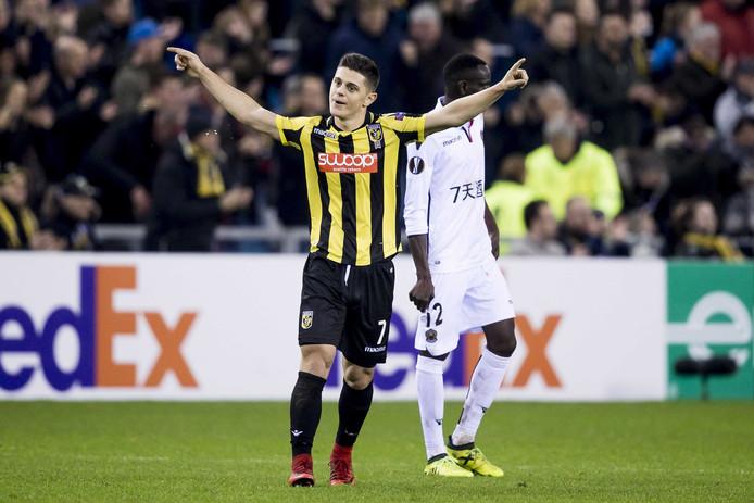 Milot Rashica is blij met de overwinning van Vitesse, maar het zet voor de eredivisie geen zoden meer aan de dijk.