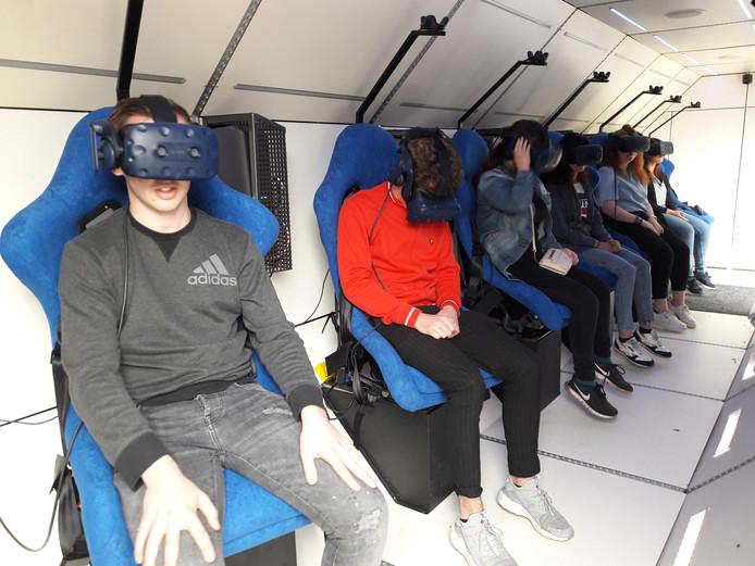 De eerste leerlingen van basisschool Armhoefse Akker beginnen aan hun ruimtereis.