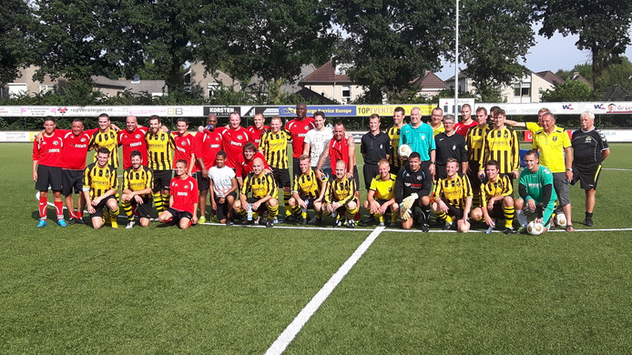 Geel-zwarte en rode shirts na de wedstrijd.