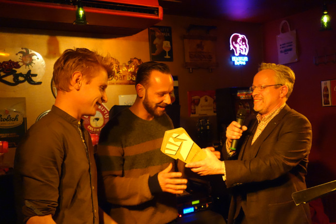 Nicolas Mansfield geeft de prijs aan vertegenwoordigers Van Shellsuit.
