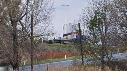 Vrachtwagen ramt auto op Kennedylaan, chauffeur zwaargewond