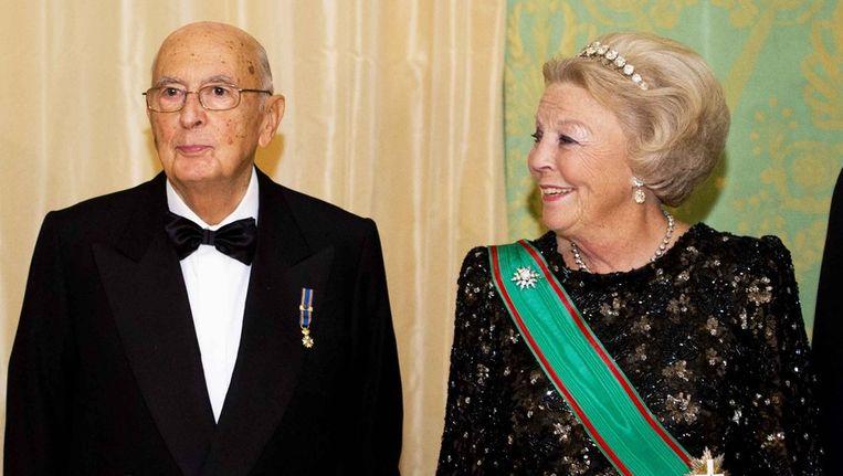 De Italiaanse president Giorgio Napolitano en koningin Beatrix poseerden gisteren samen voor de officiele foto voorafgaand aan het staatsbanket in Paleis Noordeinde Den Haag. De president en zijn vrouw brengen een staatsbezoek aan Nederland. Beeld ANP
