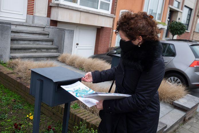 Vlaams minister Lydia Peeters (Open Vld) buste enkele Oosterweelbrochures op de Venneborglaan in Deurne.