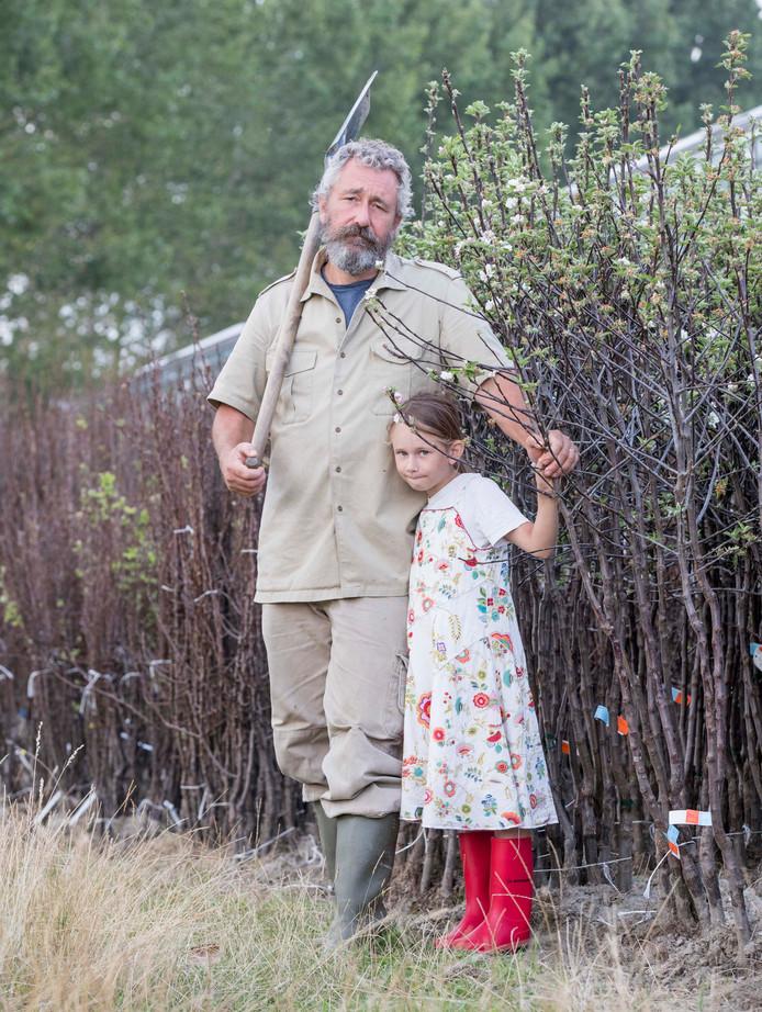 Richard Lanser en zijn dochtertje Cora met de geredde fruitboompjes.
