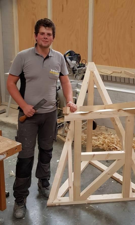 Daan Weijgertze met zijn bouwwerk.