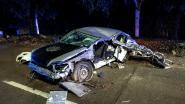 Automobilist haalt in bocht wagen in en knalt tegen elektriciteitspaal: bestuurder zwaargewond