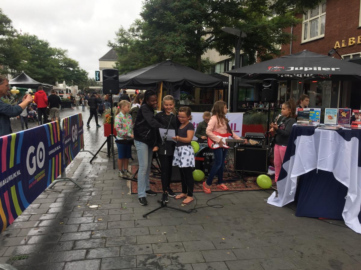 Kinderen maken muziek bij stand Kunstencentrum Waalwijk