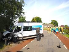 Flinke botsing bedrijfsbus en auto in Elburg; weg afgesloten