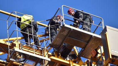 VIDEO: Keurder zit bijna twee uur met voet vast in torenkraan op 40 meter hoogte