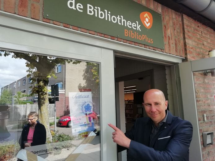 Cyril Crutz, directeur van BiblioPlus, laat het certificaat van de bibliotheek in Grave zien..