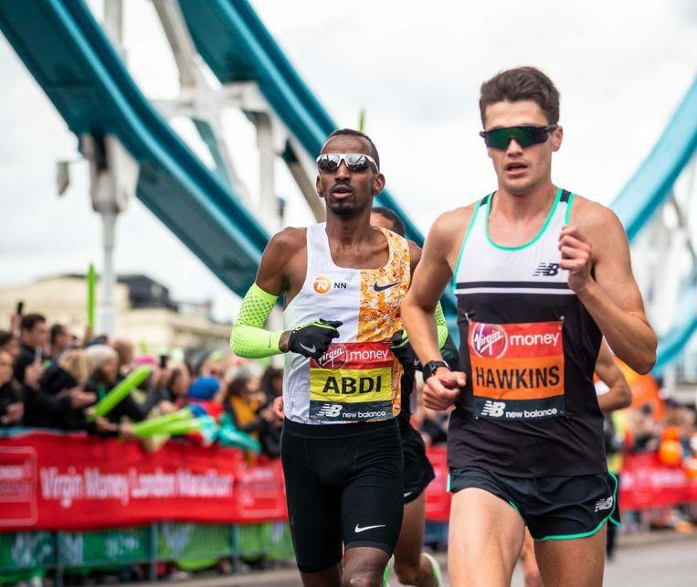 Bashir Abdi naast Callum Hawkins in de London Marathon.