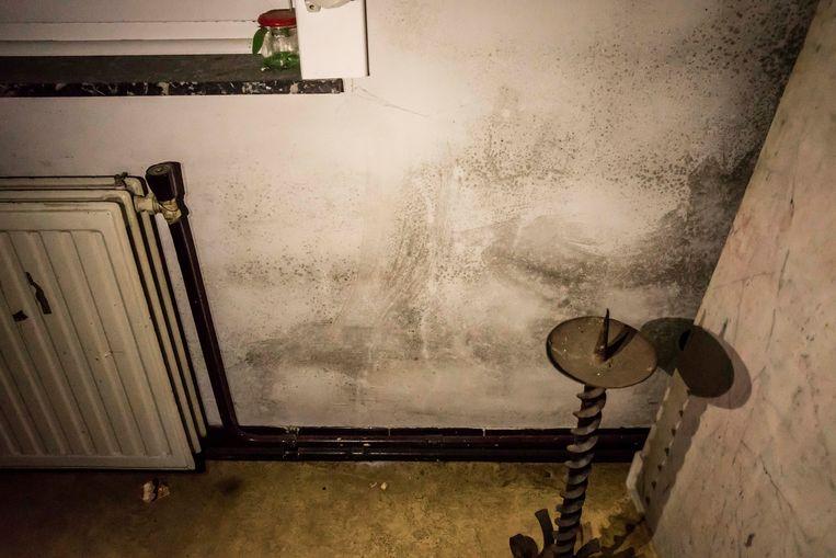 Vochtproblemen zijn er overal!  Hier in de kamer dat de slaapkamer zou moeten zijn voor dochtertje Cor, wat niet mogelijk is...