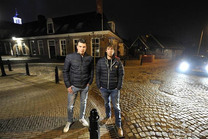 Mats Meenderink (rechts) en Peter Hobbelink op de plek waar Mats vorige week vrijdag werd aangereden.