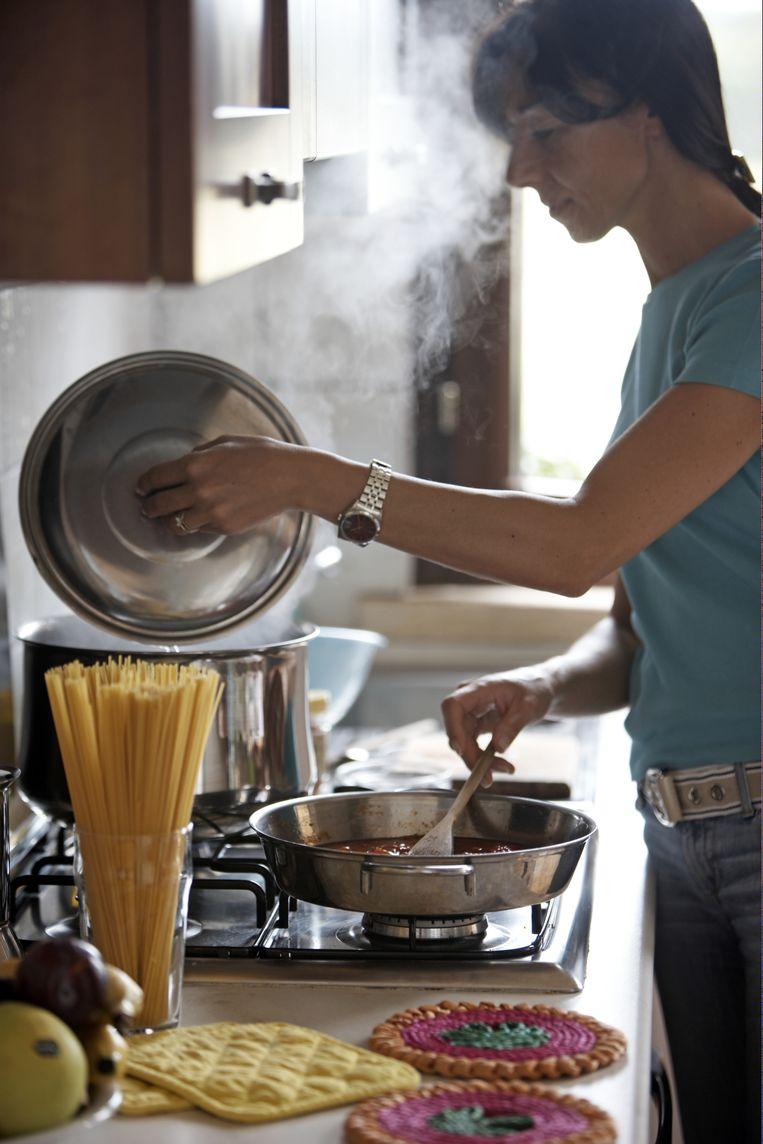 De Belg staat nog geen zes uur per week achter de kookpotten, minder dan het internationale gemiddelde.