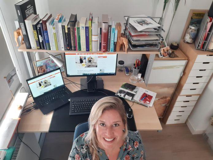 Cobine van der Louw op haar thuiswerkplek