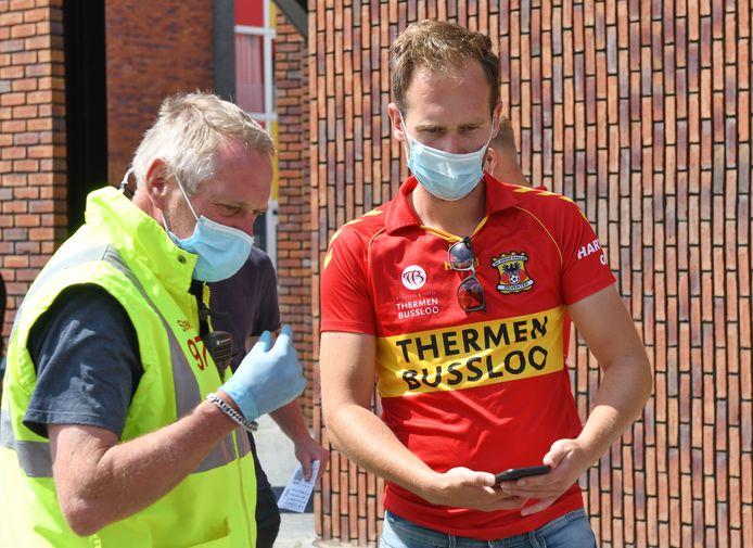 Strakke controle voor fans bij de ingang van de Adelaarshorst. Het verliep voorspoedig.