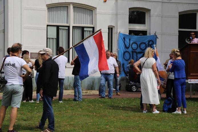 Tientallen mensen kwamen bijeen in Enschede voor de demonstratie tegen de 1,5 metersamenleving
