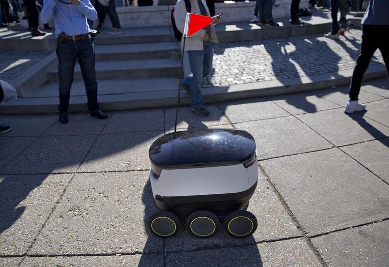 Een robot werkt een levering af. In San Francisco moeten deze leverrobots nu een toelating hebben om op de stoep te rijden.