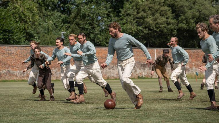 The English Game verbeeldt de professionalisering van het voetbal als klassenstrijd. Beeld filmstill