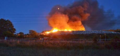 Brand afvalberg Bergen op Zoom is geblust, brandweer ruimt op