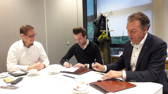Toekomstig bewoners Hilco van den Bogaart en Bas Bruisten, met rechts wethouder Geert Gerrits, bij de ondertekening  van de overeenkomst tussen De Rivierduin en de gemeente Wijchen.