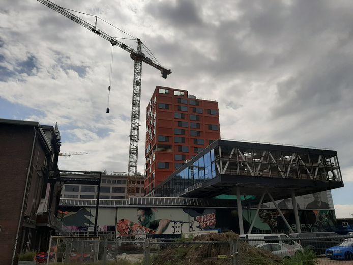 De woontoren Haasje Over op Strijp-S in Eindhoven is in aanbouw; hier komen 185 sociale huurwoningen.