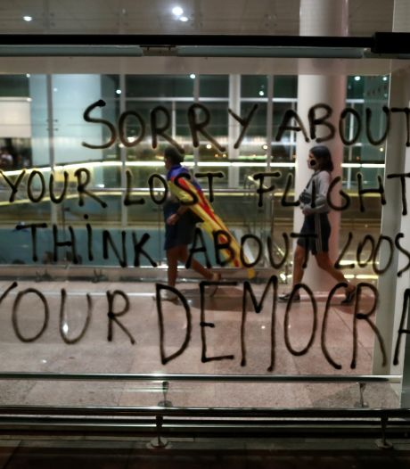 Betogers leggen vliegveld Barcelona plat: 'We konden niet eens in de buurt komen'